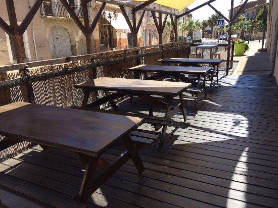 Nezignan l'Eveque, Francia: Terrasse ombragée le midi ♥