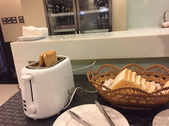The 93 Hotel: Only one toaster w 2 holes for 30+ over customers in a hotel. Also, dirty plate!