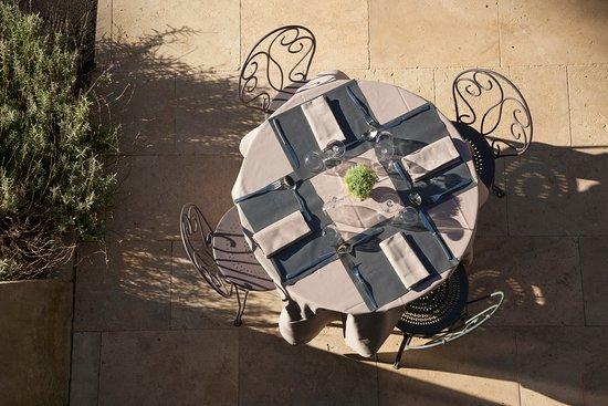 La Redorte, France: table en terrasse