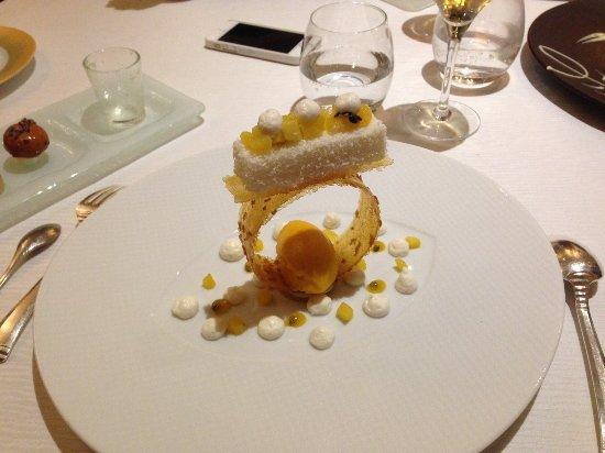Joigny, Frankrike: Bavarois coco, crème légère au jasmin et fruits exotiques en équilibre
