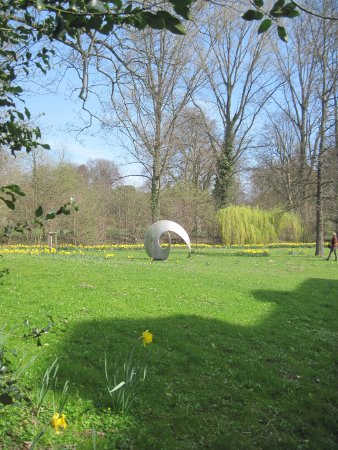 Leverkusen, Tyskland: Daffodils in the Castle's Park with a metal sculpture
