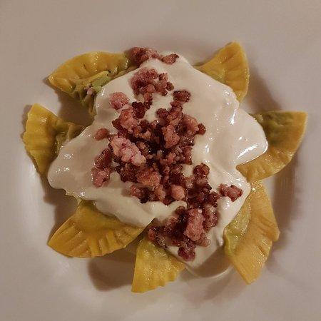 Provaglio d'Iseo, Włochy: Raviolo ripieno di broccoli con salsa al taleggio e pancetta croccante