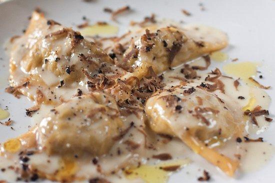 Villa Taticchi: Ravioli alle tre carni con pecorino di fossa e tartufo grattato