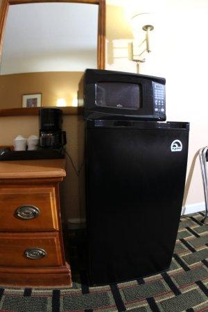 West Bank Inn: microwave and fridge