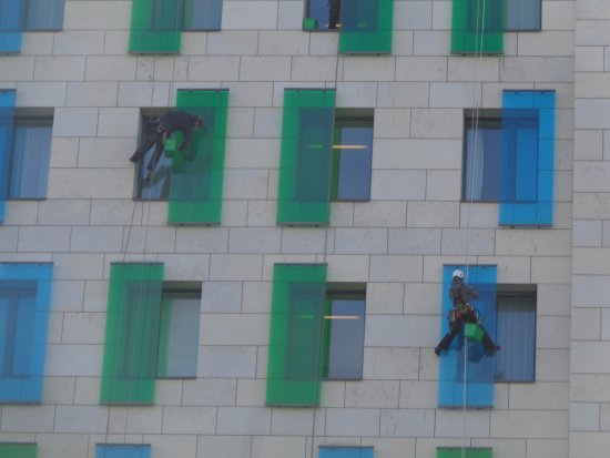 andel's by Vienna House Berlin: De manhã cedo uma equipa de limpeza e de manutenção em trabalho com as devidas regras de seguran