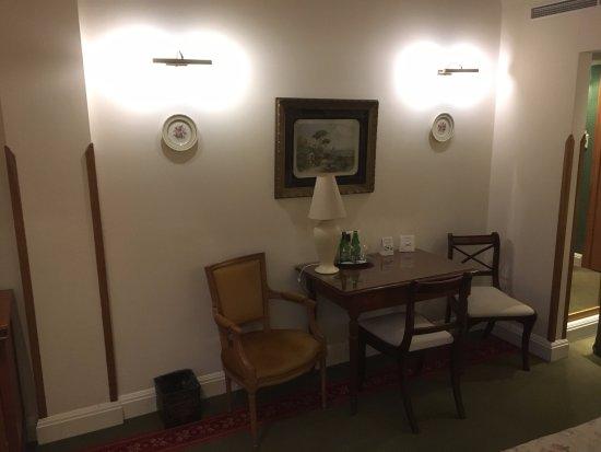 Hotel Grodek: Bedroom desk