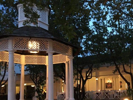 Seagrape Terrace: Beautiful outdoor dining