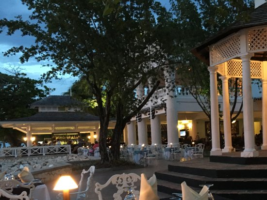 Seagrape Terrace: Outdoor and indoor dining