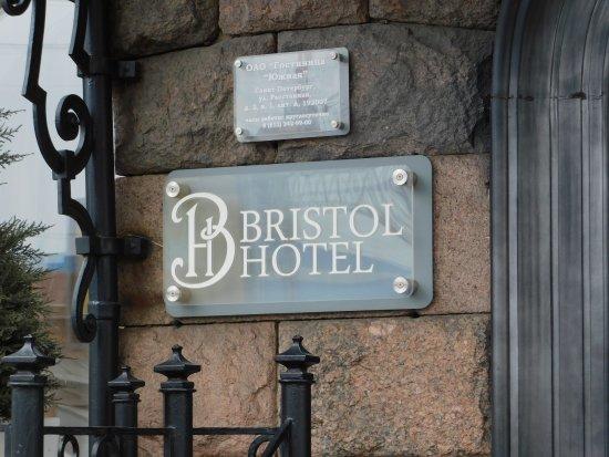 """Bristol Hotel: Перед входом в отель """"Бристоль""""."""
