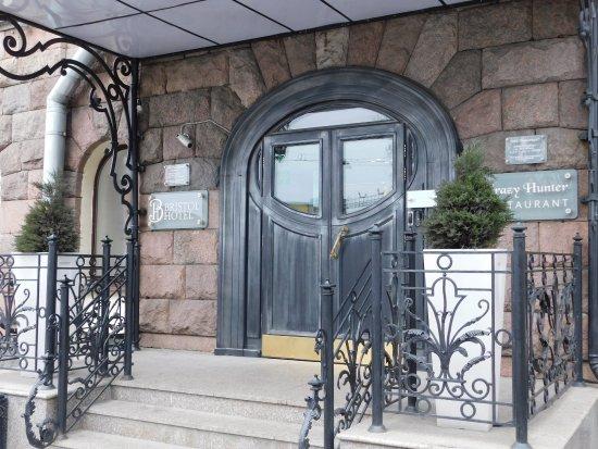 """Bristol Hotel: Вход в отель """"Бристоль""""."""