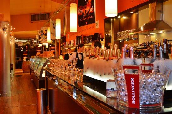 Selvazzano Dentro, Itália: All'interno di d&g Patisserie, conosciuto anche come il locale arancione, d&g design and glamour