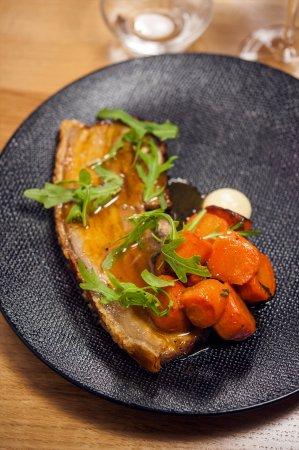 La Garenne-Colombes, France: Poitrine de cochon de la maison Laborie confite 8 heures, carottes, sauge & citron