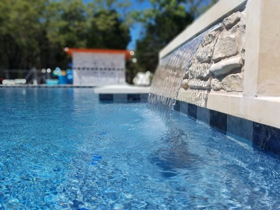 McDade, เท็กซัส: The newly remodeled pool includes this waterfall and in-water benches