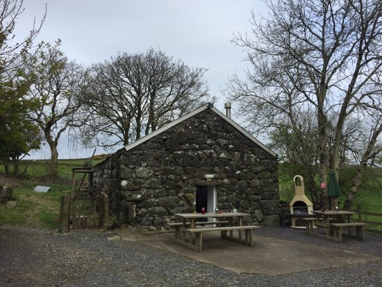 Clynnogfawr, UK: Wheelbarrows, hot tubs & tents!