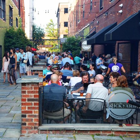Уильямспорт, Пенсильвания: The Brickyard's courtyard (Pine Square) for drinking beer, eating, and listening to LIVE music.