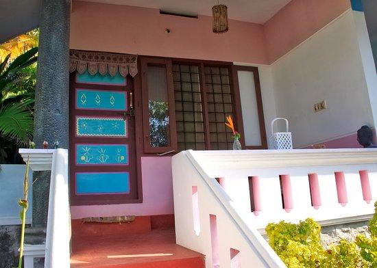 Good Karma Beach Resort: indgang til vores værelse
