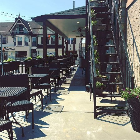 Hellertown, PA: patio dining