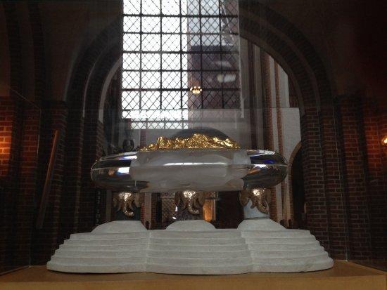 Roskilde Domkirke: Under gulvet under Bjørn Nørgaards dristige sarkofagudkast skal Dronning Margrethe II hvile