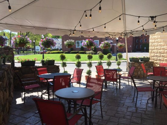 Chicopee, MA: Outdoor patio dining