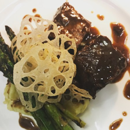 New Hamburg, Canadá: Braised Short Ribs with Lotus Root Chips