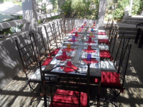 Vitrolles, Fransa: GRANDE TABLE EN TERRASSE