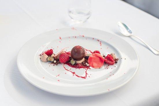 Caluso, Italy: dolce con cioccolato e frutti di bosco disponibile anche su fanceat
