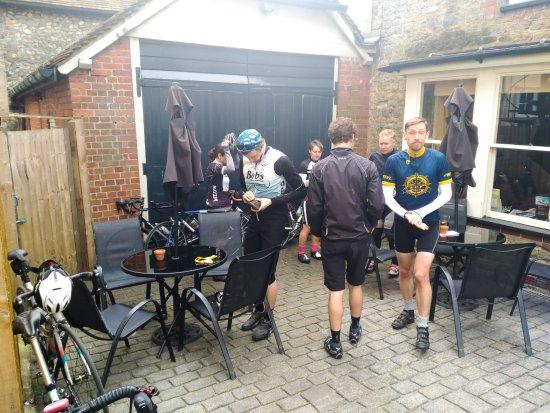 Petworth, UK: Plenty of tables outside