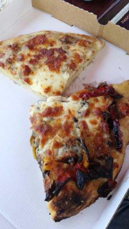Cercola, Italia: pizza peperoni e melenzane e pizza porchetta e patate