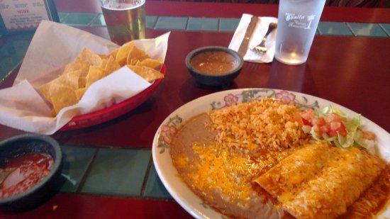 Marysville, WA: Chicken enchilada lunch spread!!