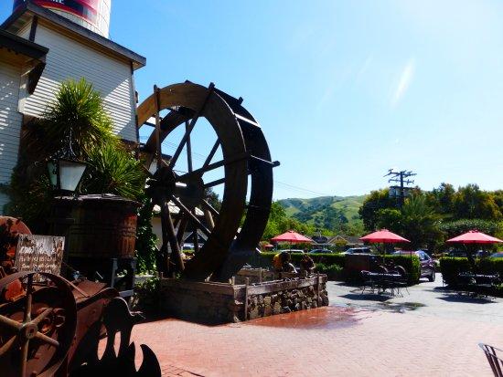 Hollister, CA: Water-wheel outside the rrestaurant