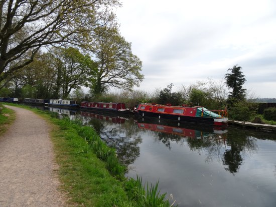 Τίβερτον, UK: Narrow boats up the canal.