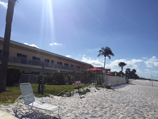 SeaHorse Beach Resort: Morning at Seahorse Beach, Longboat Key. Looking back at condo and heated salt water pool