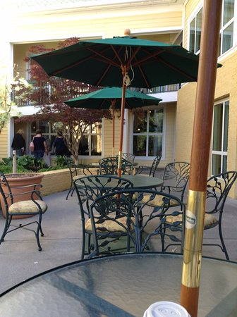 Econo Lodge Riverside : Out side dinning area, where we had breakfast
