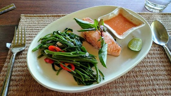 Laem Set, Tailandia: Lunch of morning glory and salmon