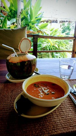 Laem Set, Thailand: Lunch of fresh coconut, with leek, green apple and paprika soup