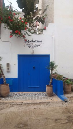 Mirleft, Marocko: Look for the blue door behind the souk