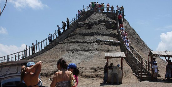 Volcan de Lodo El Totumo (Mud Volcano) : Volcán del Totumo. Necesitas de una LodoTerapia.