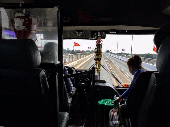 Nong Khai, Tailandia: L'accompagnatrice assiste les passagers lors des formalités à la frontière