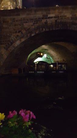 Vue du pont flottant sous le pont Charles (vue 1)