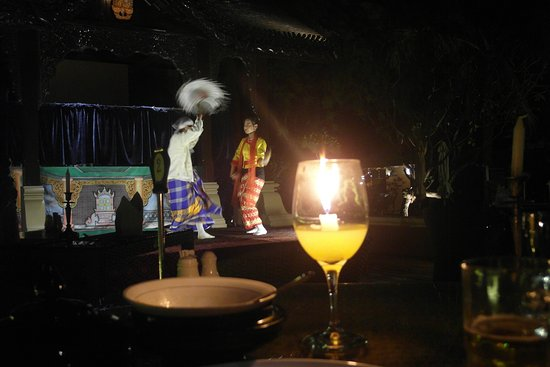 The Hotel Bagan Umbra : Performance while having a dinner.