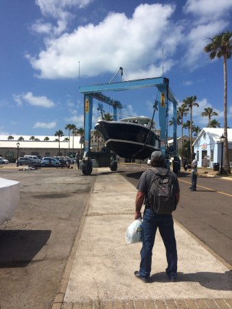 Sandys Parish, Bermudy: Putting a boat in the water at the dockyard!
