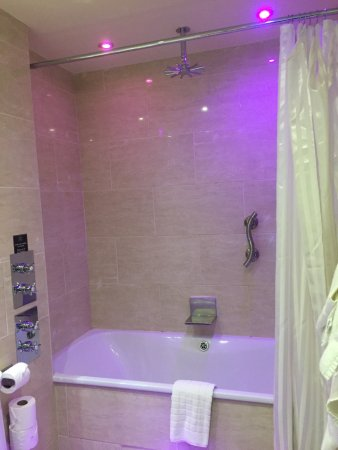 The Crown Spa Hotel: Pity about the chipped bath and dark grout
