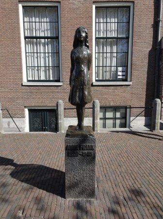 Anne Frank House Statue Proche De La Maison Danne Frank