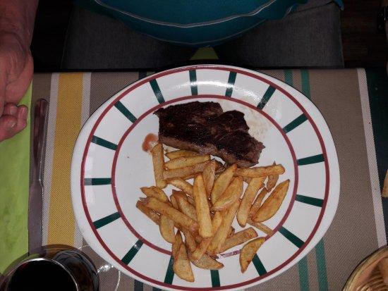 Ascain, Francia: filet de boeuf (enfin ce qu'il en reste) cuit à coeur avec des frites maison
