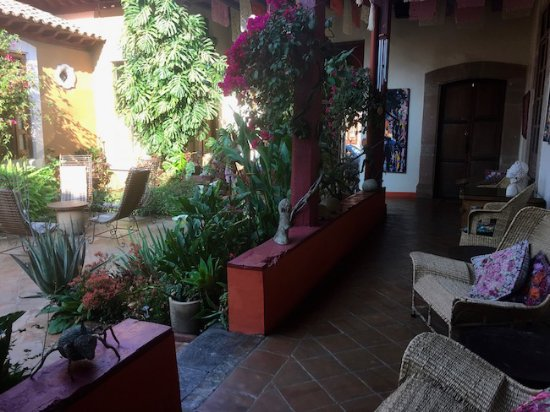 Hotel Casa Encantada: Veranda and courtyard