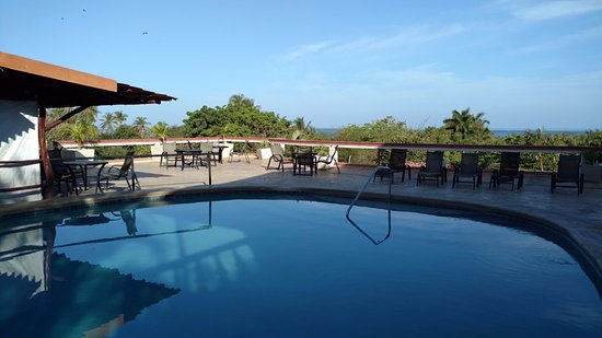 Best Western Tamarindo Vista Villas: Pool area / around 8am (lots of sun in afternoon)