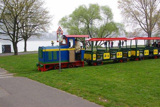 Kleinbahn im Rheinpark : Die Diesellok bei ihren seltenen Zug-Einsätzen