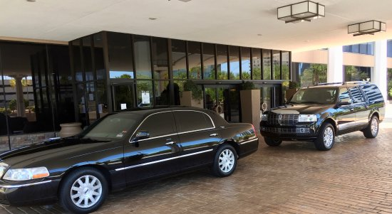 Lincoln Town Car Lincoln Navigator Parked At Hilton Doubletree