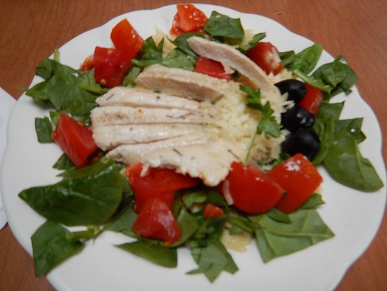 Quechee, VT: Grilled chicken on bow tie pasta with baby spinach, fresh tomatoes & black olives