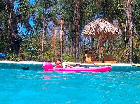 Pacifica Surf Studios: disfrutando la piscina.